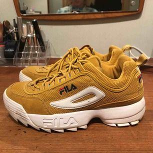 Senapsgula skor från Fila. Använda fåtal gånger så är i gott skick. 400 kr inklusive frakt.