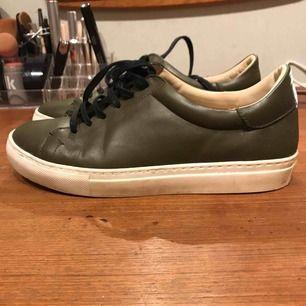 Mörkgröna skor från By Malene Birger i gott skick. Tvättas innan försäljning.