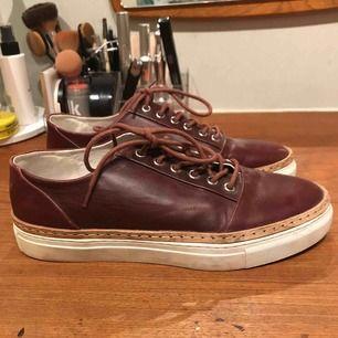 Mörkröda skor från Whyred i gott skick. Har dock några små repor i skinnet.