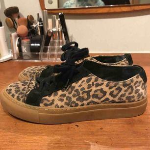 Leopardmönstrade skor i storlek 39 från Hope. Använda men i gott skick. Tvättas innan försäljning.