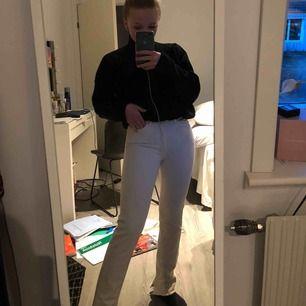 Fina beige/vita jeans från hm med slits nertill i storlek 25, säljs då dem inte används längre❤️