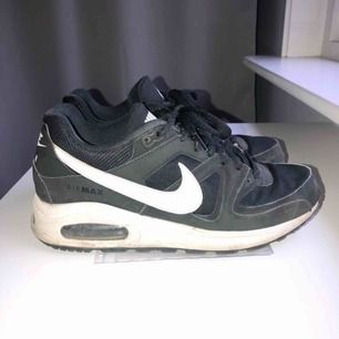 Svarta Nike Air Max skor i storlek 40 (små i storleken så mer åt 39). De är i bra skick och tvättas självklart mer noggrant innan frakt.