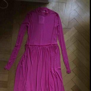 Rosa mesh-klänning från Monki. Aldrig använd och prislapp kvar:)