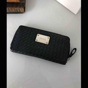 Snygg plånbok med plats för många kort, lagom storlek, köparen står för eventuell frakt💕
