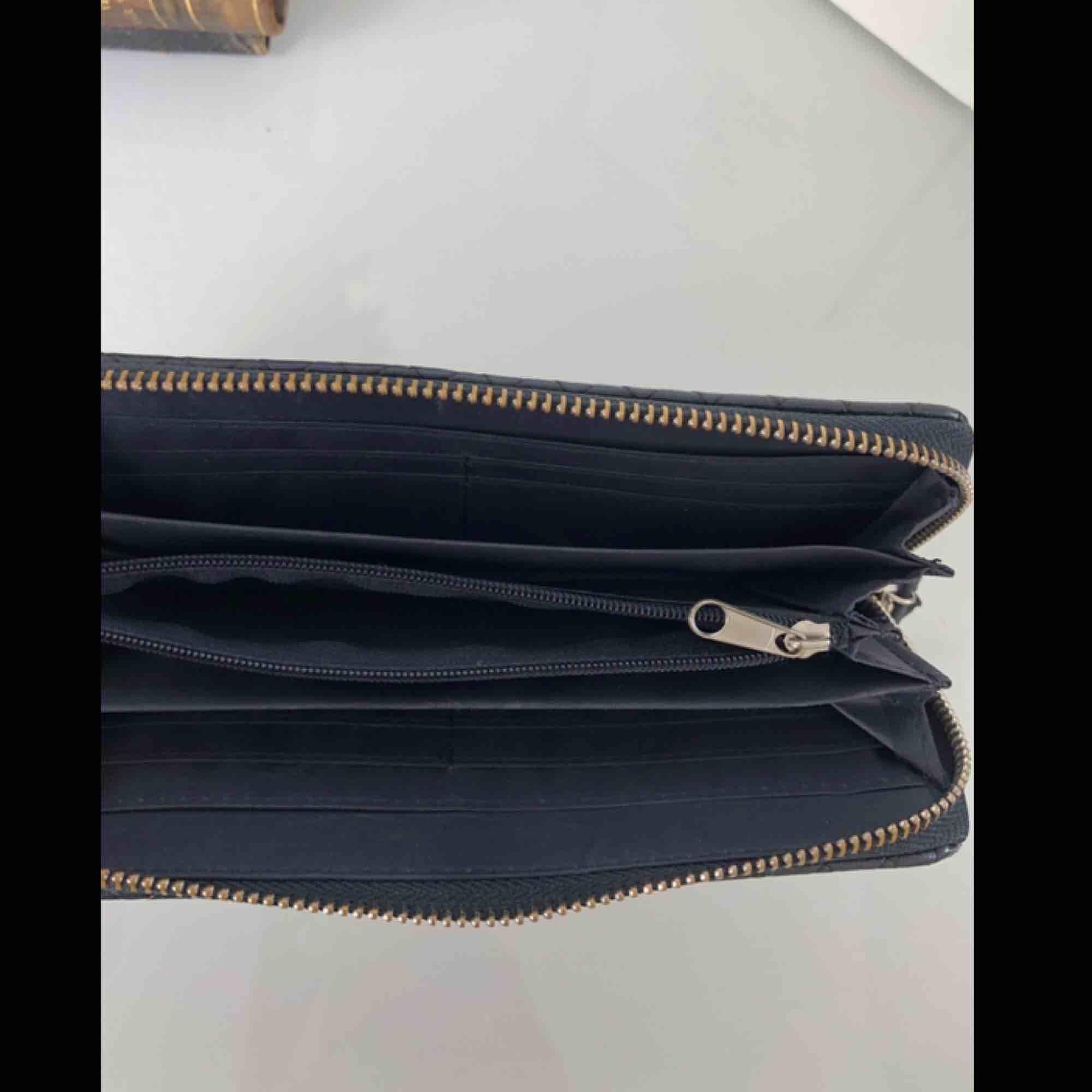 Snygg plånbok med plats för många kort, lagom storlek, köparen står för eventuell frakt💕 . Väskor.