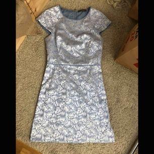 Superfin klänning som jag hade på min konfirmation, supersnygg passform, perfekt till student / bal eller påsk💕 köparen står för eventuell frakt📦