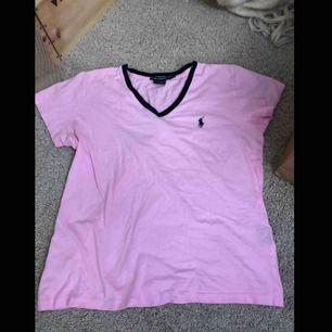 Snygg och jätteskön t-shirt från ralph lauren, använd fåtal gånger, köparen står för eventuell frakt, kolla gärna in min sida där jag kommer lägga upp mycket inom kort💕