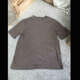 Snygg t-shirt från zara, jättemjuk och bekväm tröja, köparen står för eventuell frakt💕