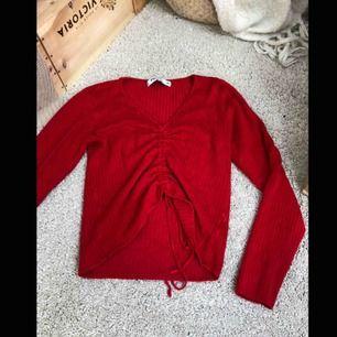 Snygg och bekväm tröja med snöre på framsidan som man kan dra ihop eller dra ut, köparen står för eventuell frakt, kolla gärna in min sida där jag kommer lägga upp mycket inom kort💕