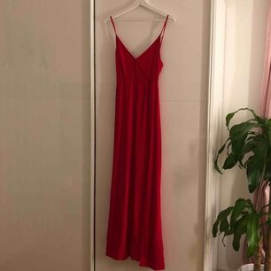 Så fin klänning. Passar perfekt om man är 165 eller under! Det är en lång slits på benet