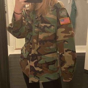 Fet vintage militärjacka!! Storleken är rätt oklar men är lite oversized på mig som är en S så skulle lätt kunna passa en XS och M!  Köparen står för frakt! Vet inte märket! Det står inte på💛