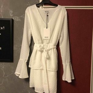 Madlady klänning i helt nytt skick, köpte den för ett år sen men den var för kort för mig (är 172 cm) prislappen är kvar.🧚🏽♀️ (är det flera som vill ha den blir det budgivning, inget högre bud på 24 timmar och den är din. Originalpris: 500