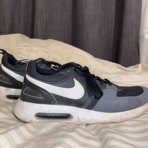 Ett par snygga skor från Nike! Använt skick men väldigt fina fortfarande! Sköna att gå eller att sitta still i haha.