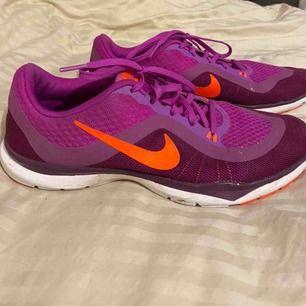Skitsnygga lila Nike flex tr6, säljer dessa då jag använt dom ca 3 gånger! Dom är i princip i nyskick! Pris går verkligen att diskuteras.