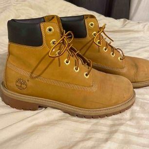Timberland-skor köpte för 2 år sedan. Använda en vinter men är fortfarande i väldigt fint skick! Pris kan diskuteras!