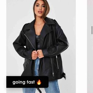 Säljer min helt nya skinn jacka ifrån missguided prislapp på, super snygg!! Men blev tyvärr fel storlek