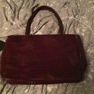 Säljer en jättefin väska från second hand  Röd lack