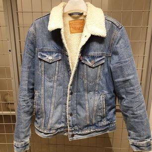Superfin och varm jeansjacka från Levi's! Knappt använd då den är lite liten för mig💔 Köpt för ca. 1000:- på Carlings.