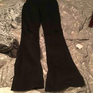 Bootcut jeans från ginatricot  Storkel m  Klippta hål på knäna