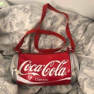 Säljer denna Coca-Cola väskan som jag har använt 1gång❤️ Priset kan sänkas vid snabbt köp 💕Köparen står för frakten