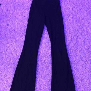 Bootcut byxor ifrån Gina Tricot. Säljs pågrund utav för korta för mig (jag är 177cm lång). Väldigt bra skick. Frakten ingår ej i priset. Priset är lågt pga att dom är använda. (men självklart tvättade haha)