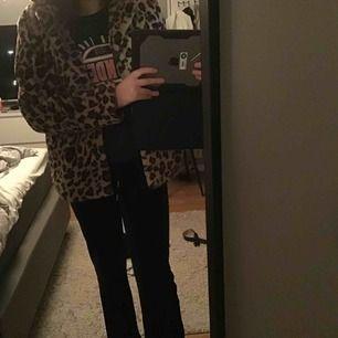 Jättefin leopard pälsjacka från nakd  Storlek 38