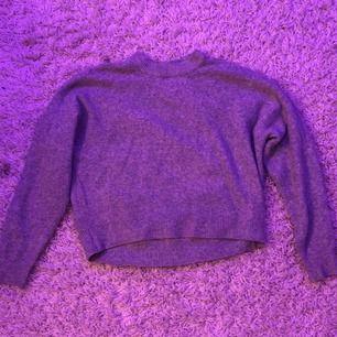 stickad tröja ifrån H&M. Säljs pga används inte. Kan skicka bild på hur den ser ut på privat om det önskas. Väldigt bra skick. Frakten ingår inte i priset.