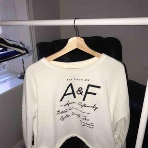 Crop'ad långärmad vit tröja, super snygg när den sitter på, använd ett fåtal gånger.ord pris: 569kr