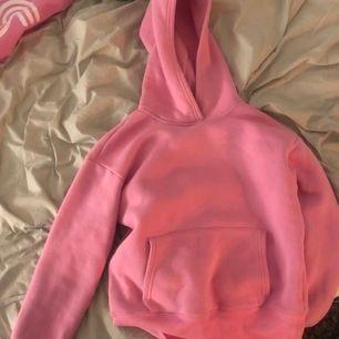 Superfin rosa hoodie i superbra skick 💕💕💕 ser ut som oanvänd, använd några gånger!🥰 vet ej storleken för har klippt bort men som en S😇