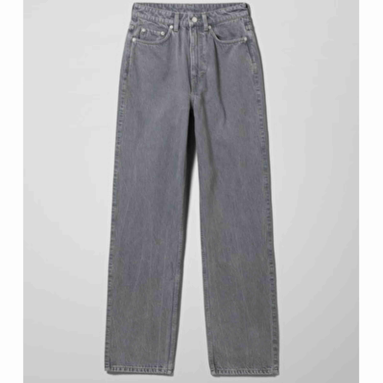 Weekdays supersnygga rowe i färgen standard grey. Slutsålda på hemsidan. Jeans & Byxor.