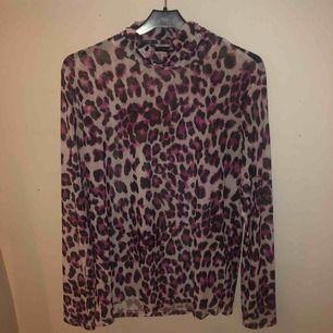 Svincool mesh tröja från Rut&Circel i storlek M! Använder den lite Oversized och är så sjukt snygg!! Tyvärr kommer den inte till användning längre🥺😇