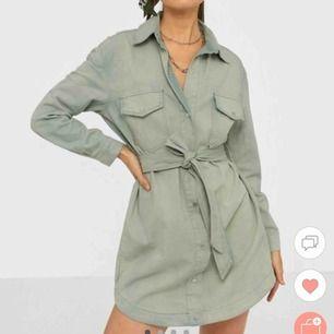 Helt oanvänd grön klänning med midjeband med prislappen kvar. Storlek 34 Varför jag säljer den är pga den är för stor och för lång för mig som är 160.