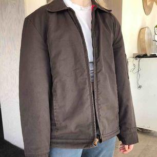 Fin brun jacka köpt från second hand, skick 7/10. Aldrig använd