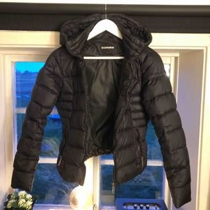 Jättefin jacka ifrån RockandBlue  Tillhör även en fuskpäls som man kan sätta på luvan Använd en vinter