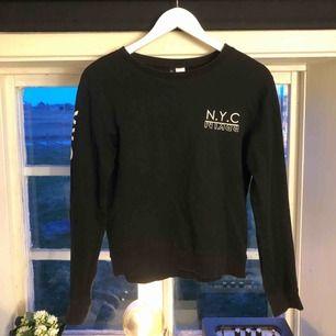 Långärmad tröja ifrån H&M som är i storlek xs men passar även s. Använd en del men är i bra skick