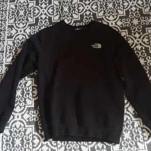 En svart sweater från north face , 4/5 i skick. Storlek S. Pris går att diskutera vid snabb affär 😊