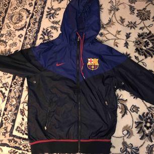 Jacka från Nike med barcelona märke på vänster bröst.  Den kommer från Barcelonas fotbollsbutik i Barcelona.  Mötes upp i Stockholm  Högst budande vinner