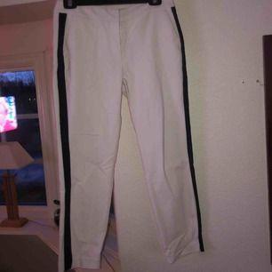 Kostymaktiga byxor med mörkblå rand på utsidan av benen från Reserved I ganska bra skick