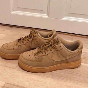 Jättefina Nike skor som endast är använda få gånger. Rena och fina och storlek 40,5. Köpta för 1299kr på Nike's hemsida. Mocka beige färg. Säljer på grund av att jag växt ur dem.