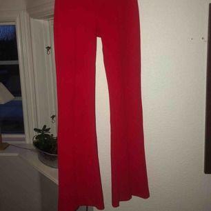 Röda lite kostymaktiga bootcat byxor Från Bershka Använda fåtal gånger