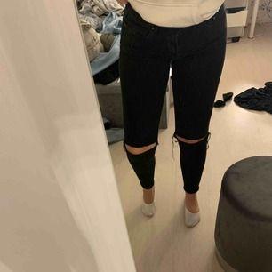 De perfekta smala svarta jeansen med hål i! Sparsamt använda, frakt ingår. Tar endast swish.