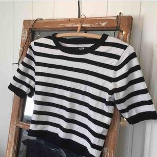 En snygg crop top liknande tröja med korta ärmar. Från Bik Bok. 163kr, fri frakt samt spårbar.