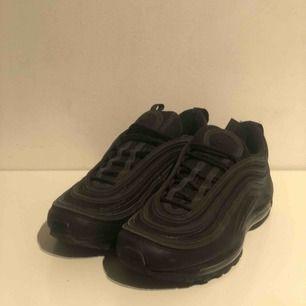 Säljer mina Nike air Max 97 (svarta). Då jag aldrig använde de mer än 3 gånger, vilket ledde till att jag vill sälja de. Priset går att diskutera. Om ni är intresserade maila:  christoffer.dorch@gmail.com