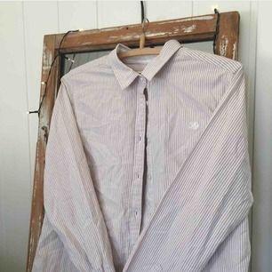 Randig button up skjorta i storlek medium med ljusbeige, nästan lite puder rosa färg samt vit randig. Från märket Flash. 199kr, fri frakt samt spårbar.