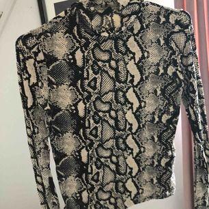 Långärmad tröja från Gina Tricot, lite högre krage, använd 2 gånger.
