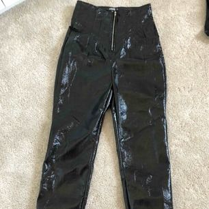 Svarta läderbyxor från Nelly storlek 36, använda en gång! Dragkedja i midjan, sitter tajt på benen.