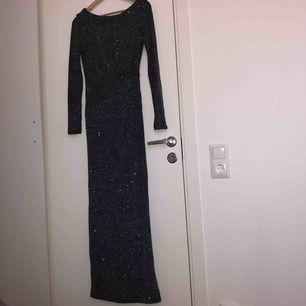 Säljer denna fina maxi shimmer klänningen från Wallis Uk. Storleken är 38 men den sitter också perfekt om man vanligtvis tar storlek 36.