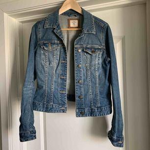 Kort jeans jacka från H&M knappt använd.