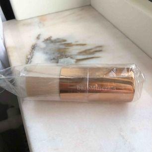 Helt oanvänd samt oöppnad foundationborste, Beautiful finish brush, från Bare Minerals. Säljer då jag fick den här i ett kitt men redan har en. Nypris 400kr