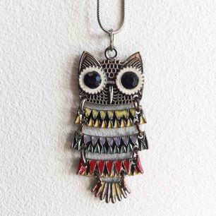 Halsband med en färgglad uggla och silverkedja. Skriv till mig vid intresse eller om du har några frågor☀️ Fraktkostnad tillkommer!